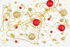 Modèle d'or décoratif de boules de jouet de Noël image stock