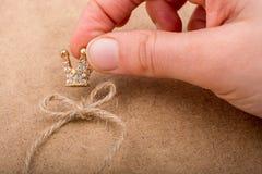 Modèle d'or de couronne de couleur avec de fausses perles Photographie stock libre de droits