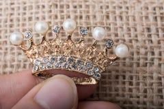 Modèle d'or de couronne de couleur avec de fausses perles Images stock