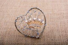 Modèle d'or de couronne de couleur avec de fausses perles Images libres de droits