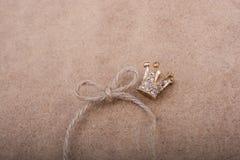 Modèle d'or de couronne de couleur avec de fausses perles Photo stock