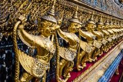Modèle d'or de garuda se tenant au kaew de pha de wat Image libre de droits