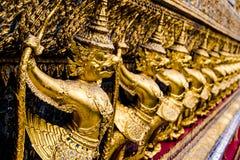 Modèle d'or de garuda se tenant au kaew de pha de wat Images libres de droits