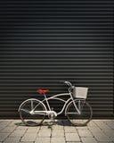modèle 3d de la rétro bicyclette blanche avec le panier devant la porte de garage en métal, fond Images libres de droits