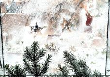 Modèle d'hiver des flocons de neige sur la fenêtre closeup n photos libres de droits