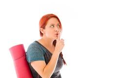 Modèle d'isolement avec le doigt sur des lèvres secrètes Photographie stock libre de droits