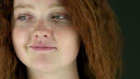 Modèle d'isolement sur le sourire de blanc sûr banque de vidéos