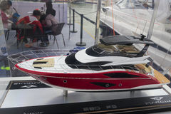Modèle d'un yacht de luxe rouge Photo libre de droits