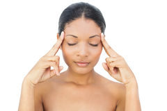 Modèle d'une chevelure noir ayant un mal de tête Photos stock