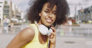 Modèle dans des écouteurs à la rue clips vidéos