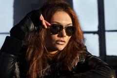 Modèle dans des lunettes de soleil noires Image stock