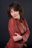 Modèle dans la jupe en cuir rouge Photos libres de droits