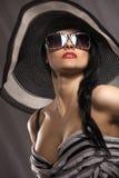 Modèle dans le chapeau rayé Image stock