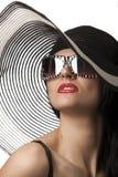 Modèle dans le chapeau rayé avec des glassses Photographie stock