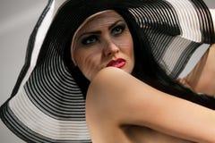 Modèle dans le torse nu rayé de chapeau Image libre de droits