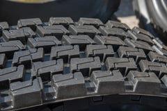 Modèle de bande de roulement de plan rapproché noir de pneu en caoutchouc Photo libre de droits