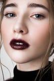 Modèle de beauté avec des lèvres de vin et de beaux yeux Photos libres de droits