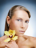 Modèle de beauté avec la fleur Photographie stock libre de droits