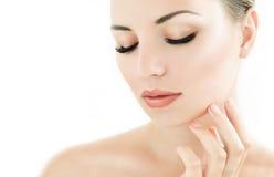 Modèle de beauté avec la peau fraîche parfaite et les longs cils Images stock