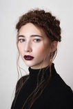 Modèle de beauté avec les lèvres rouge foncé Photo libre de droits