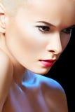 Modèle de beauté de charme avec le renivellement lumineux de mode Photos stock