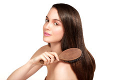 Modèle de beauté montrant la peau parfaite et les longs cheveux bruns sains Images libres de droits