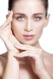 Modèle de beauté montrant la peau saine fraîche propre Photographie stock libre de droits
