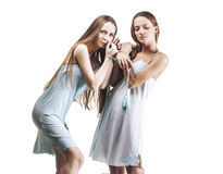 Modèle de belles amies de femmes dans des robes molles avec le long ha Photo libre de droits
