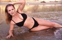 Modèle de bikini dans la vague déferlante Photo stock