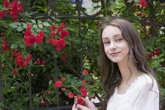 Modèle de brune dans le jardin photos libres de droits