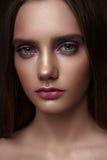 Modèle de brune de beauté de mode avec de longs cheveux Photo libre de droits