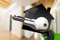 Modèle de Chambre avec la clé dans une main enfilée de gants Images stock