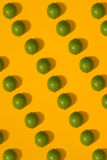 Modèle de chaux sur le fond jaune Concept minimal de configuration d'appartement Photo libre de droits