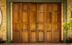 Modèle de chinois traditionnel dans la vieille porte en bois Images stock