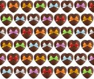 Modèle de chocolat de coeurs avec l'arc coloré sur le blanc Images libres de droits