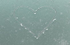 Modèle de coeur gelé sur la fenêtre Photos stock