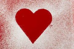 Modèle de coeur sur le fond d'une cuvette rouge Photographie stock libre de droits