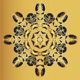 Modèle de dentelle d'or sur un fond de moutarde Image stock