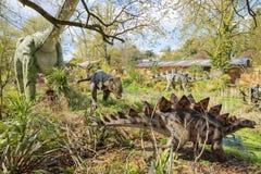 Modèle de dinosaure de Stegosaurus dans le beau safari d'intérieur occidental photo libre de droits