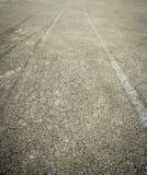 Modèle de divergence des voies d'entraînement à quatre roues dans à sable jaune humide image stock