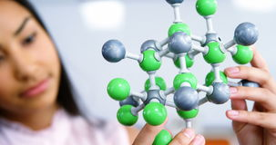 Modèle de expérimentation de molécule d'écolière dans le laboratoire à l'école banque de vidéos