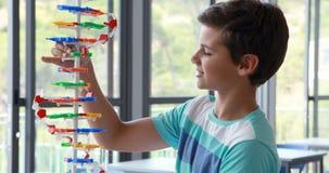 Modèle de expérimentation de molécule d'écolier attentif dans le laboratoire banque de vidéos