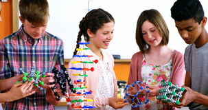 Modèle de expérimentation de molécule d'étudiants d'école dans le laboratoire banque de vidéos