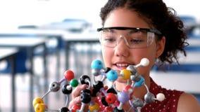 Modèle de expérimentation de molécule d'écolière attentive dans le laboratoire clips vidéos