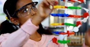 Modèle de expérimentation de molécule d'écolier dans le laboratoire 4k banque de vidéos