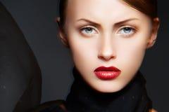 Modèle de femme de charme avec l'écharpe élégante de renivellement et de soie Photographie stock