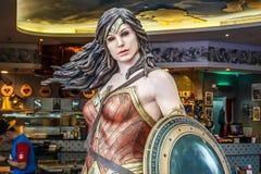 Modèle de femme de merveille du film Batman contre l'aube de Superman des affichages de justice aux magasins images stock