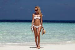 Modèle de fille d'été avec le corps sexy bronzé Pose dans le swi blanc photos libres de droits