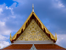 Modèle de fleurs d'or dans le tympan du temple thaïlandais Photographie stock