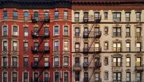 Modèle de fond de fenêtres de bâtiment de New York City Photos stock